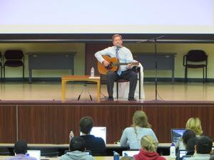 ギターと教授アップ.jpg